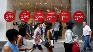 La cara positiva de la «deflación»: los españoles aprovechan los precios bajos para comprar
