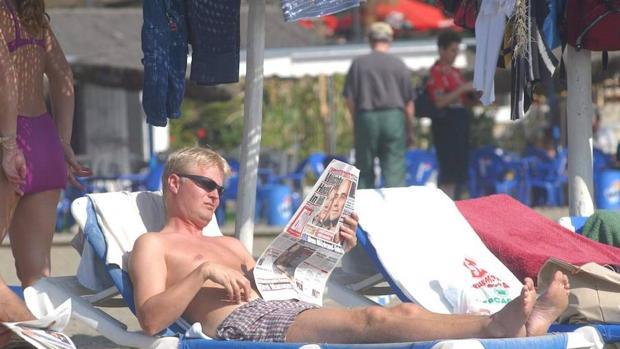 Un turista tomando el sol en Marbella