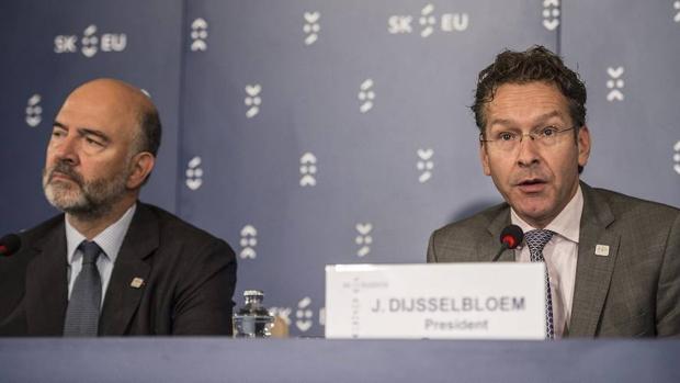 El comisario de Asuntos Económicos Pierre Moscovici, junto al presidente del Eurogrupo Jeroen Dijsselbloem