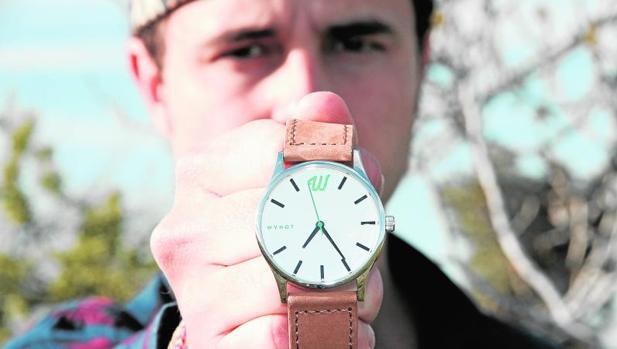 Chema Echanove con uno de sus relojes «Wynot»