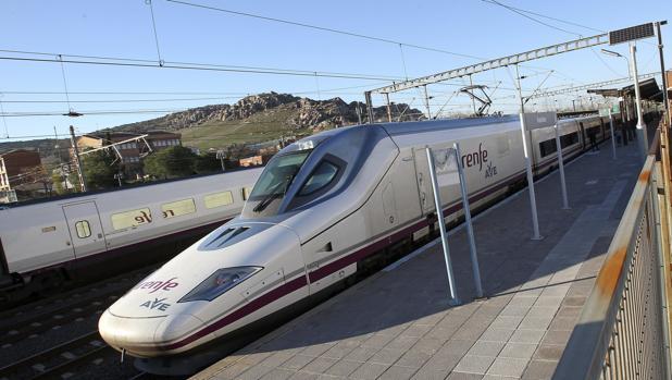 Un tren de Alta Velocidad con destino a la estación madrileña de Atocha espera su salida en la de Puertollano (Ciudad Real)