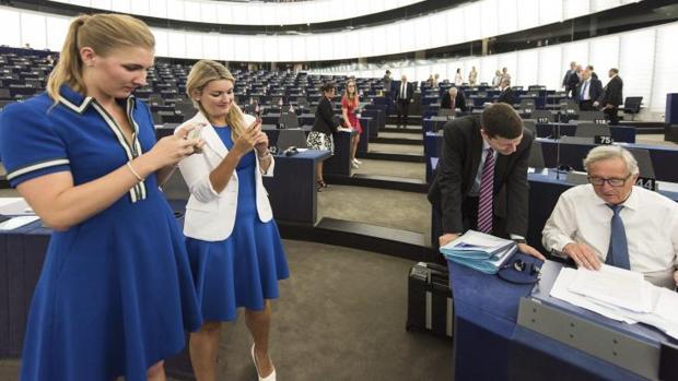 El presidente de la Comisión Europea, Jean-Claude Juncker (d)