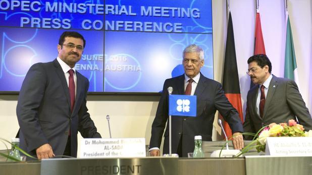 El ministro catarí de Energía, Mohammad Bin Saleh al Sada, a la izquierda, y el secretario general de la OPEP, el libio Abdalá El-Badri, en el centro