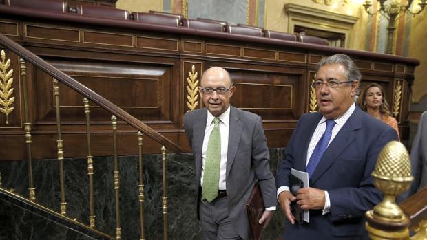 El ministro de Hacienda en funciones, Cristóbal Montoro, acompañado por el diputado popular Juan Antonio Juan Antonio Zoido