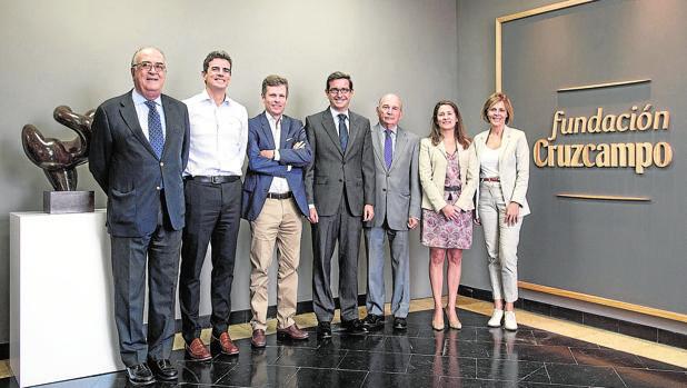 Jorge Paradela, en el centro, con el nuevo patronato de la Fundación