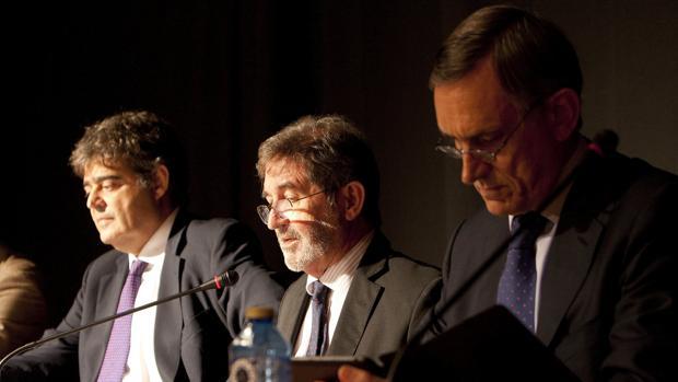 El secretario César Mata (i); el consejero Fernando Erce (c), y Alejandro Legarda (d), durante la junta general de accionistas de Pescanova, S.A. hoy en Vigo