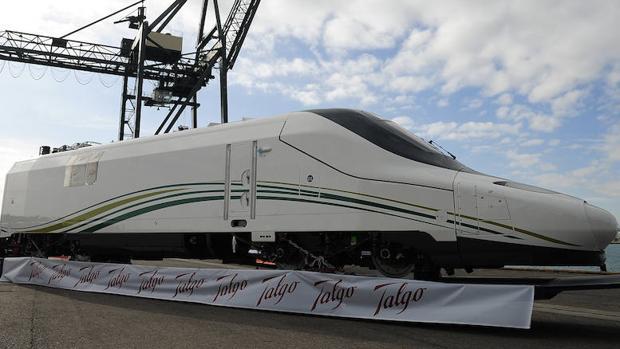 Tren Talgo siendo cargado