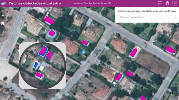 Mapa que muestra en azul oscuro las piscinas detectadas que no están dadas de alta en el catastro (en la lupa). En rosa, las piscinas que el sistema detecta y además están en el catastro.