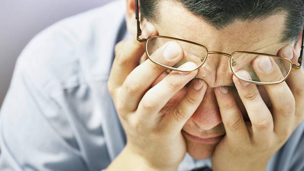 Un trabajador agobiado en su empleo