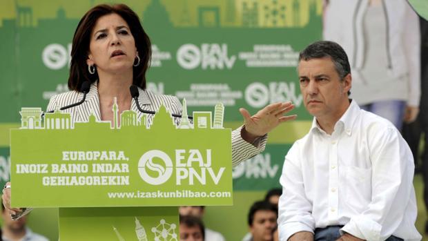 La eurodiputada Izaskun Bilbao, junto al actual lehendakari Íñigo Urkullu