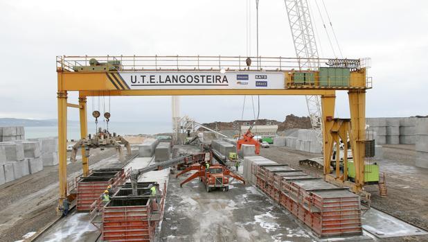 Imagen de las obras del puerto exterior de La Coruña, Punta Langosteira, en el año 2005