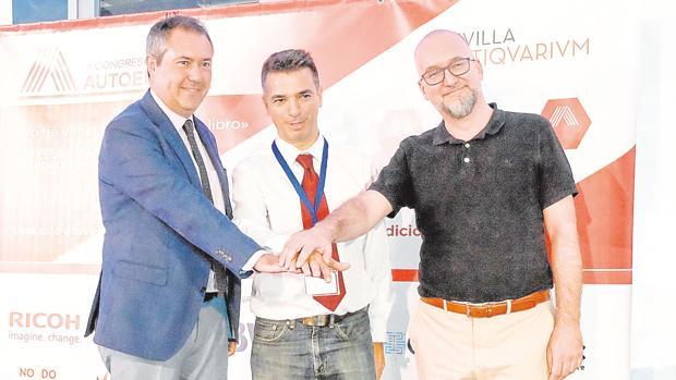 Juan Espadas, alcalde de Sevilla, acompaña a Enrique Parrilla, CEO de Lantia Publishing, y Christian Verdú, responsable de análisis del consumidor y desarrollo de audiencia de Penguin Random House.