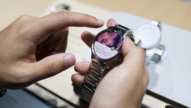 Un visitante observa el nuevo reloj de la firma Huawei, el