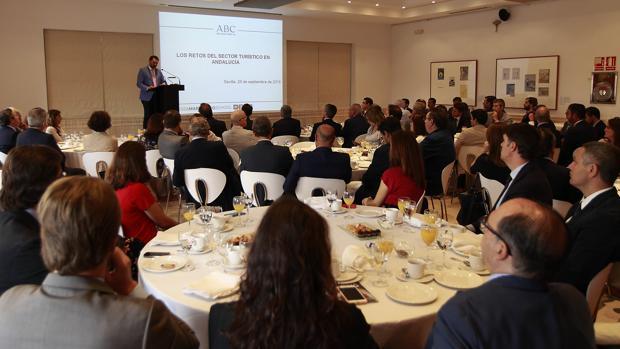 El consejero de Turismo y Deporte, Francisco Javier Fernández, durante su intervención en la Casa de ABC de Sevilla
