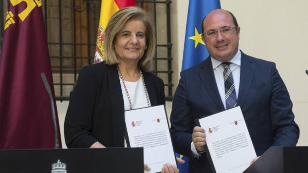 Fátima Báñez, ministra de Empleo en funciones, en la firma del convenio con la Región de Murcía