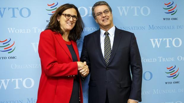 """El director general de la Organización Mundial de Comercio (OMC), el brasileño Roberto Azevedo (d), da la bienvenida a la comisaria europea de Comercio, Cecilia Malmström,"""""""