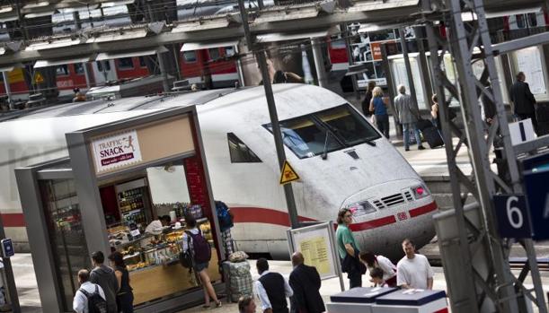 Un tren Intercity-Express (ICE) permanece estacionado en la estación de trenes de Fráncfort (Alemania)