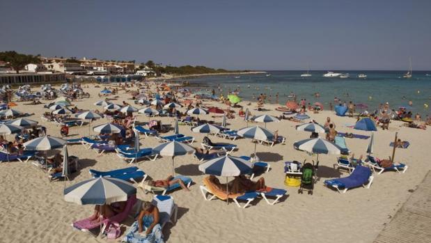 Turistas en una playa de Baleares