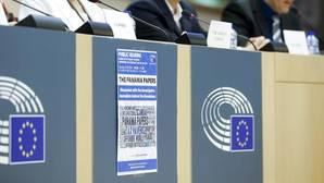 El Parlamento europeo pide congelar el 20% de salarios y pensiones de excomisarios