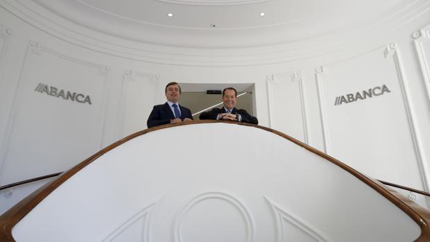 El vicepresidente de Abanca, Juan Carlos Escotet (derecha), y el consejero delegado, Francisco Botas, durante la inauguración de la nueva sede corporativa en Madrid,