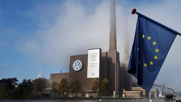 Una bandera de la UE en la sede de Wolfsburgo