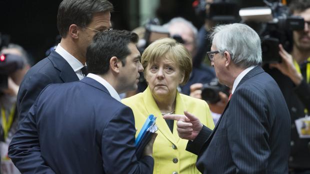Los primeros ministros de Grecia, Holanda y Alemania con Jean Claude Juncker, presidente de la Comisión Europea