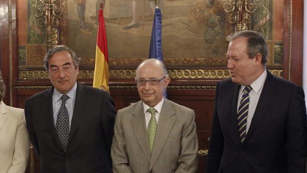 El presidente de CEOE, Juan Rosell, junto al ministro de Hacienda, Cristóbal Montoro, y el secretario general de la patronal, José María Lacasa
