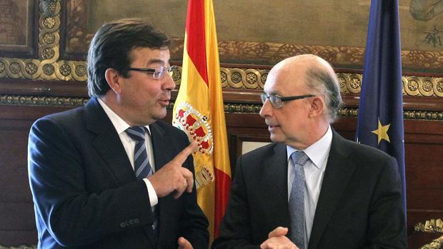 El presidente de Extremadura, Guillermo Fernández Vara, junto al ministro de Hacienda en funciones, Cristóbal Montoro