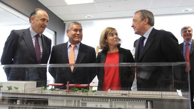 La vicepresidenta del Gobierno, Soraya Sáenz de Santamaría (c), junto al viceministro de Transportes de Perú, Carmelo Zayra Rojas (2i); el consejero delegado de FCC, Juan Béjar (i) y el presidente del grupo ACS, Florentino Pérez (d), durante la presentación del proyecto para la construcción de Metro de Lima