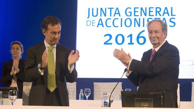 Juan Villar Mir de Fuentes y su padre Juan Miguel Villar Mir en la última junta de accionistas