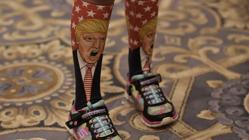 Una joven simpatizante de Donald Trump viste unos calcetines con la imagen del candidato durante uno de sus mítines