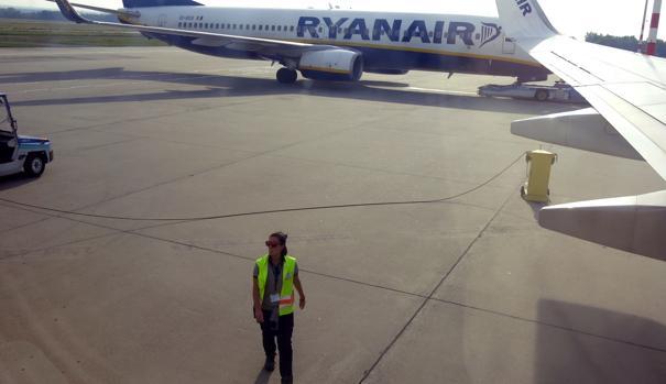 Trabajadores del Aeropuerto Internacional de Budapest junto a aviones de Ryanair