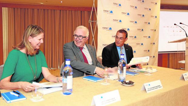 Audra Walsh junto al consejero José Sánchez Maldonado y el presidente de la Diputación de Huelva, Ignacio Caraballo