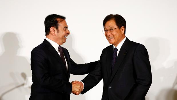 El presidente de Nissan, Carlos Ghosn , y el CEO de Mitsubishi, Osamu Masuko