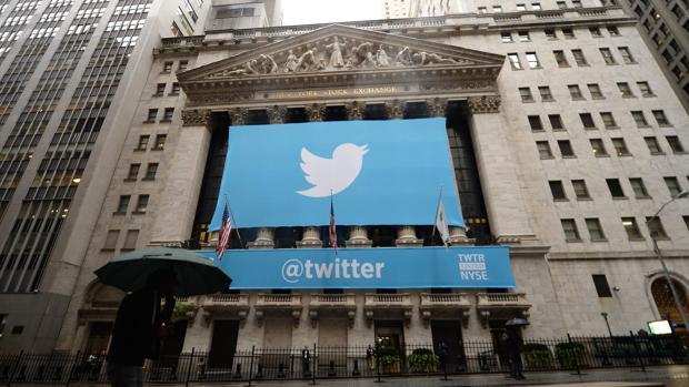 Cartel que publicitaba en 2013 la red social Twitter en el edificio de la Bolsa de Nueva York
