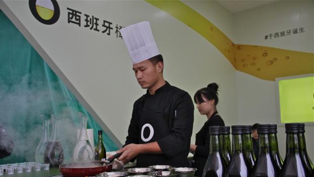 El chef chino Wang Yuchong cocina platos orientales con aceite de oliva español