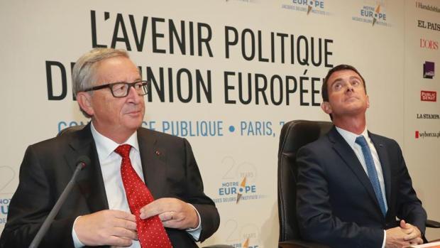 El presidente de la Comisión Europea (CE), Jean-Claude Juncker, junto al primer ministro francés