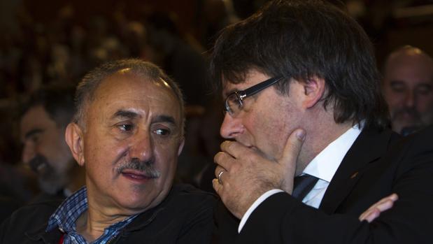 El secretario general de UGT, Jose María Álvarez, junto al presidente de la Generalitat, Carles Puigdemont, en la clausura del XV congreso de este sindicato en Cataluña