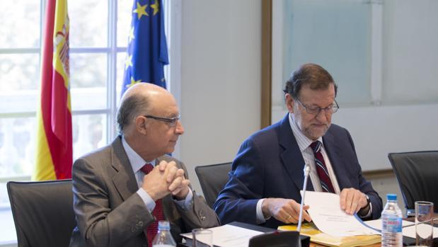 El ministro de Hacienda, Cristóbal Montoro, junto al presidente del Gobierno, Mariano Rajoy