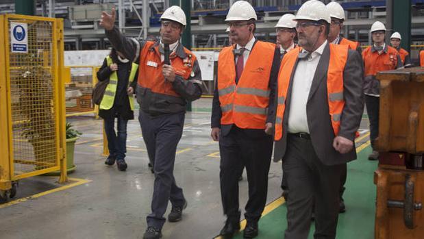 El presidente del gobierno de Aragón, Javier Lambán, en el centro, durante una visita a la fábrica
