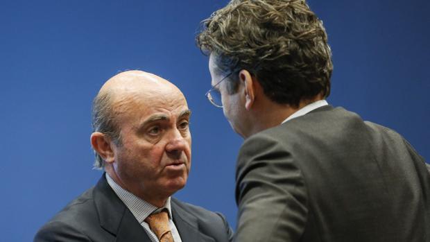 El ministro de Economía español, Luis de Guindos (i), habla con el presidente del Eurogrupo, Jeroen Dijsselbloem, al comienzo de la reunión de los ministros de Economía y Finanzas de la zona del Eurogrupo