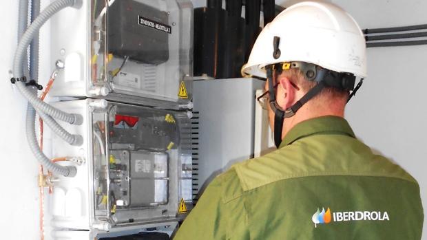 Un empleado de Iberdrola revisa unos contadores eléctricos