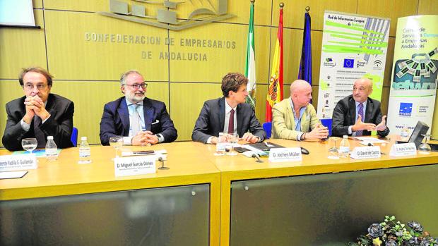 Jochen Müller, analista de la CE (centro), junto a empresarios con intereses en EE.UU.