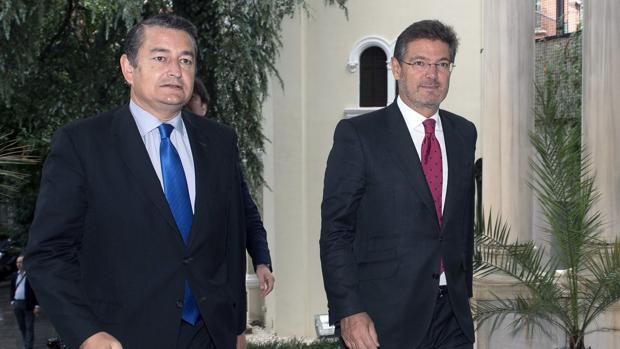 El ministro de Fomento en funciones, Rafael Catalá (derecha), acompañado del delegado del Gobierno en Andalucía, Antonio Sanz
