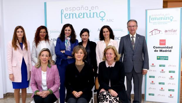 La ministra Isabel García Tejerina, la presidenta-editora de ABC, Catalina Luca de Tena, y el presidente de Globalcaja, Carlos de la Sierra, con las participantes en el foro