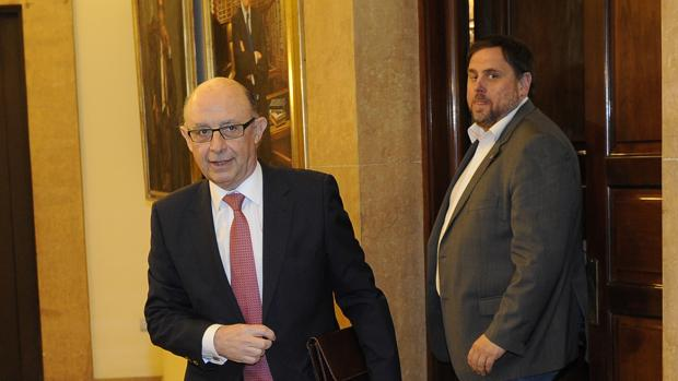 El ministro de Hacienda, Cristóbal Montoro, junto al consejero de Economía y vicepresidente de la Generalitat, Oriol Junqueras