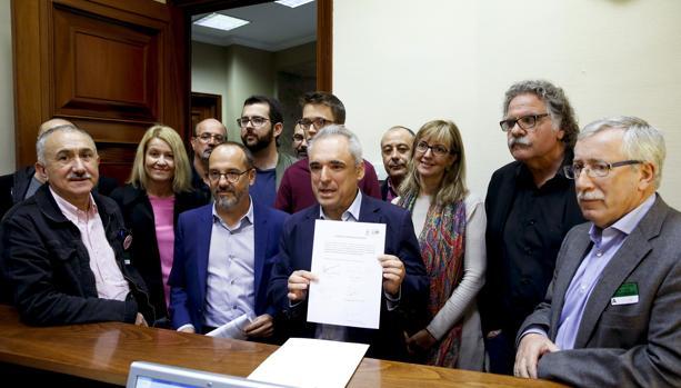 El diputado del PSOE Rafael Simancas (c), acompañado por el secretario general de UGT, José Álvarez (i); el diputado de Podemos, Íñigo Errejón (c, detrás); el diputado de ERC Joán Tardá; y el secretario general de CCOO, Ignacio Ferández Toxo (d), entre otros, registra la Proposición de Ley para la revalorización de las pensiones propuesta por los sindicatos UGT y CCOO