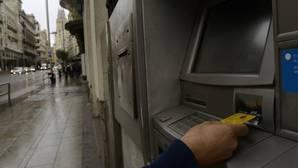 La tasa a los cajeros de Carmena ya funciona en otras 19 ciudades españolas