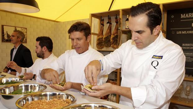 """El torero Manuel Díaz """"El Cordobés"""" (2-d) y el chef Mario Sandoval (d) en la presentación de los «Martes de la Hostelería··"""