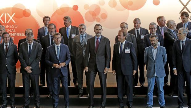 Foto de familia de Don Felipe con los participantes en el XIX Congreso Nacional de la Empresa Familiar